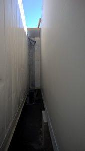 Porte latérale en communication avec un bâtiment